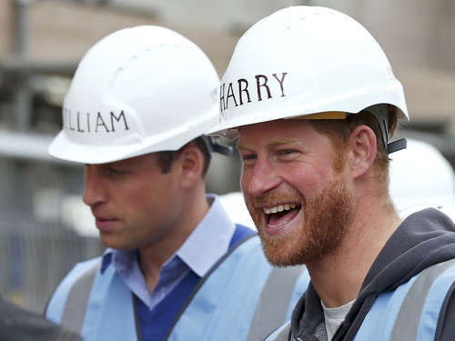 Video: Prinz William und Prinz Harry arbeiten auf dem Bau