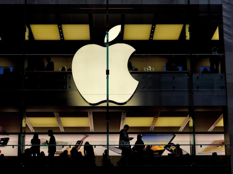"file - A file picture dated 22 July 2015 of customers being silhouetted inside of an Apple store in Sydney, Australia. EPA/PAUL MILLER AUSTRALIA AND NEW ZEALAND OUT (zu dpa ""Apple-Chef wirft Börsianern ""riesige Überreaktion"" vor"" vom 03.05.2016) +++(c) dpa - Bildfunk+++"