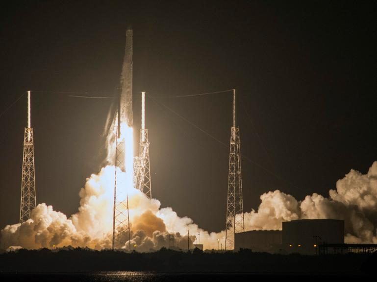 "Der private Raumfrachter ""Dragon"" beim Start in Cape Canaveral."
