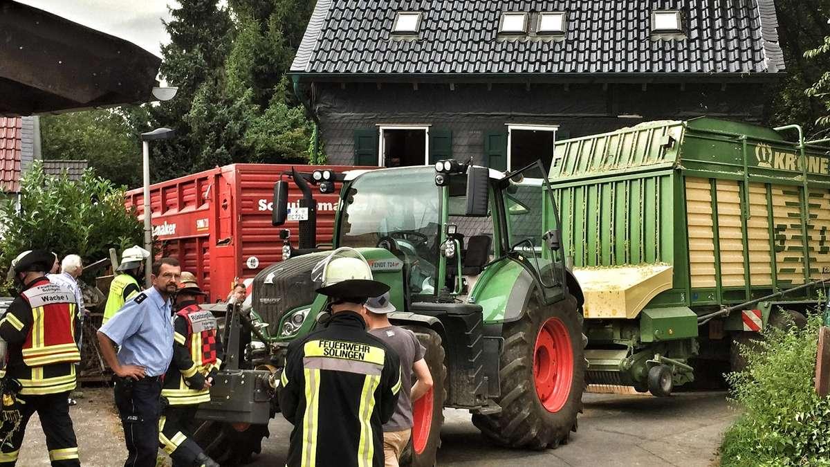 traktor anh nger kippt gegen hauswand solingen. Black Bedroom Furniture Sets. Home Design Ideas