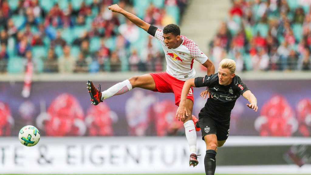 Leipzigs Marvin Compper (l.) im Duell mit Stuttgarts Andreas Beck.