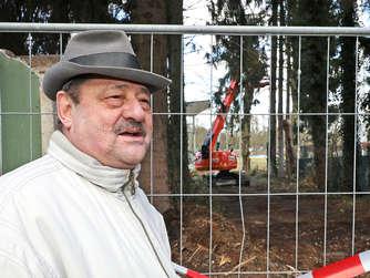 Als Anwohner des Stadions lebt Klaus Vosswinkel die Nostalgie. Er bedauert, dass die alten Bäume der Säge zum Opfer fallen.