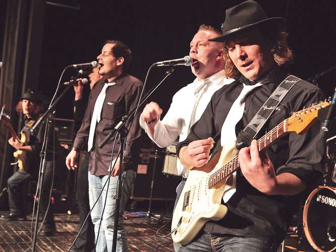 Live-Musik mit Mike And The Waiters und Grup Capriss