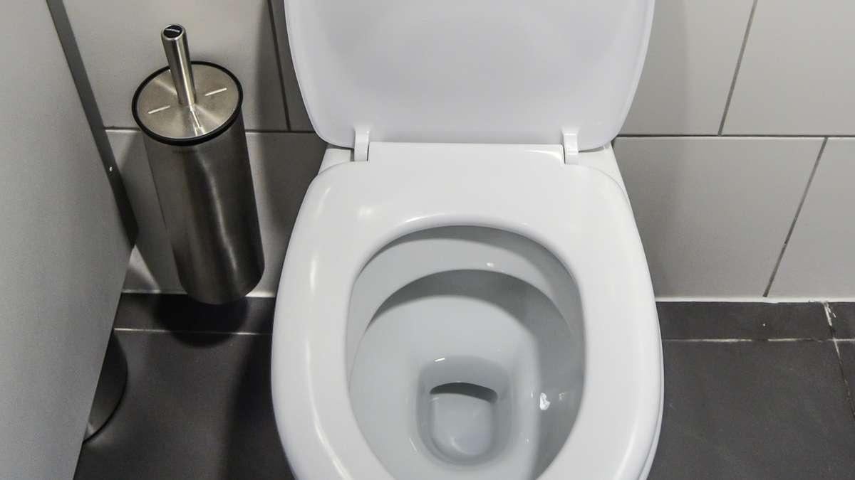 woher kommen schwarze ablagerungen in der toilette wohnen. Black Bedroom Furniture Sets. Home Design Ideas