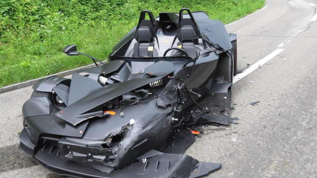 Das gerammte Auto in Batmobil-Optik