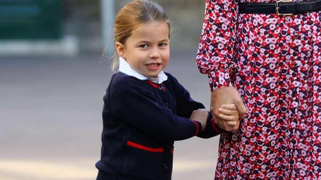 Tochter Charlotte eingeschult - aber alle starren die